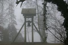 Glockenturm im Nebel